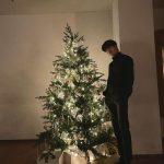 「NCT」ジェヒョン、大きいクリスマスツリーと同じ身長…マネキンと言われても信じそう