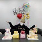 キム・ジェジュン、オンラインイベント前に誕生日パーティ…金髪でイメチェン