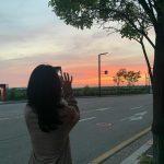 女優パク・シネ、夕焼けを撮っている美しい後ろ姿