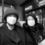 """俳優チョン・イル、お母さんと仲良くツーショット…""""マウルバスに乗って"""""""