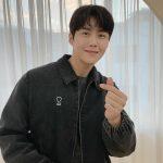 俳優キム・ソンホ、スウィートな指ハートとえくぼの笑顔に胸キュン