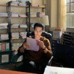 """<span class=""""title"""">俳優ソン・ジュンギ、台本を読んでる姿に見惚れる…ダンディーな魅力</span>"""