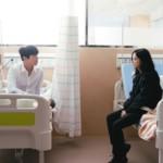 """<span class=""""title"""">チャン・ナラ&ジョン・ヨンファ(CNBLUE)、病室で向き合ったツーショット…ヨンファの表情がこわばった理由は?「テバク不動産」</span>"""
