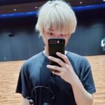 """<span class=""""title"""">BTS(防弾少年団)RM、明るいヘアカラーの下に見えるカリスマのまなざし…後ろの紫色の髪は誰?</span>"""