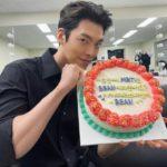 """<span class=""""title"""">俳優キム・ウビン、ブラックシャツにケーキを持ってシックだったりキュートだったり</span>"""
