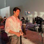 """<span class=""""title"""">俳優キム・ウビン、撮影中にモニタリングしている姿…広い肩にキュン</span>"""