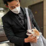 """<span class=""""title"""">「2PM」テギョン、子犬を見つめる甘-いまなざし…子犬がうらやましい</span>"""
