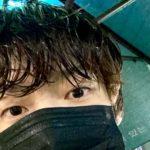 """<span class=""""title"""">俳優アン・ジェヒョン、SNSに「雨が降る。虹が浮かぶはず」…びしょびしょに濡れた髪の毛</span>"""