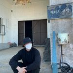 """<span class=""""title"""">俳優キム・ウビン、バケットハットにマスクしててもオーラ爆発…済州島訪問</span>"""