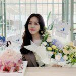 """<span class=""""title"""">女優ハン・ジミン、花を抱えてさわやかな輝く美貌</span>"""