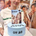 "<span class=""title"">俳優チョ・インソン、誕生日に映画「モガディシュ」公開…ケーキを持って爽やかな笑顔</span>"