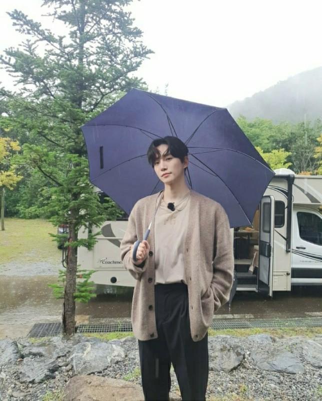 """<span class=""""title"""">2PMイ・ジュノ、秋のロマンチックな雨が良く似合う</span>"""