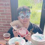 "<span class=""title"">「SUPER JUNIOR」シンドン、誕生日を迎えファンからのケーキ&プレゼントに囲まれて幸せな笑顔</span>"